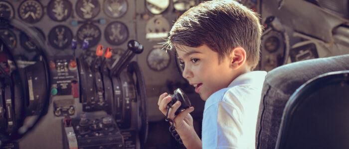 Niño divirtiendose en la cabina del Convair 440 AEROMUSEO
