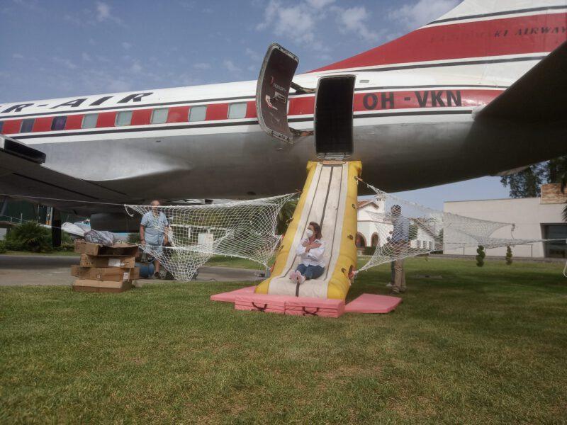 El avión Convair 440 con rampa de lanzamiento